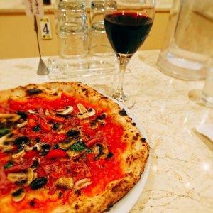 pizzeria,ピザ,赤ワイン